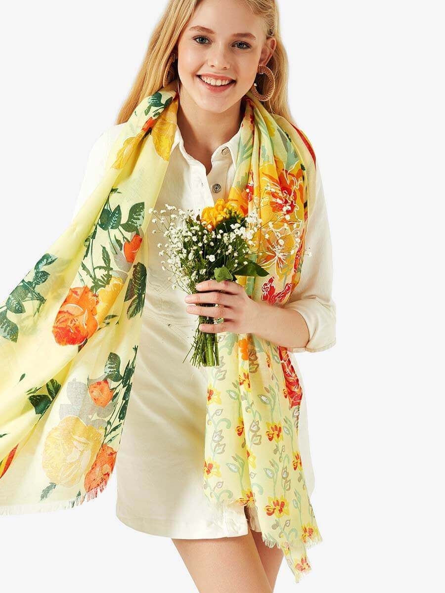 a1a24cb7c0a Жълт дамски шал с десен на цветя | Аксесоари от INDIGO Fashion